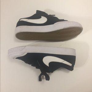 Nike Boys Black Low Top Sneaker Size 5 1/2